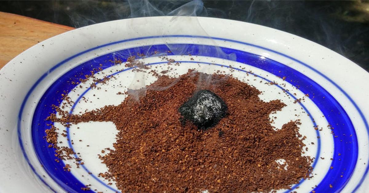 Отпугнуть ос можно, если насыпать горсть молотого кофе в жаропрочную емкость, поджечь, а потом потушить