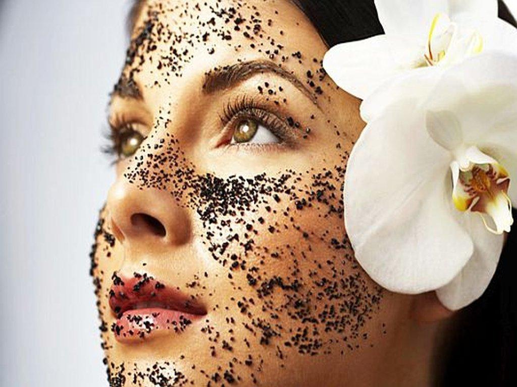 Кофейные скрабы очень полезны для кожи лица, они избавляют от шелушения, пересыхания и черных точек