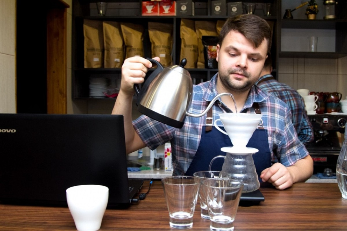 Бариста готовит кофе