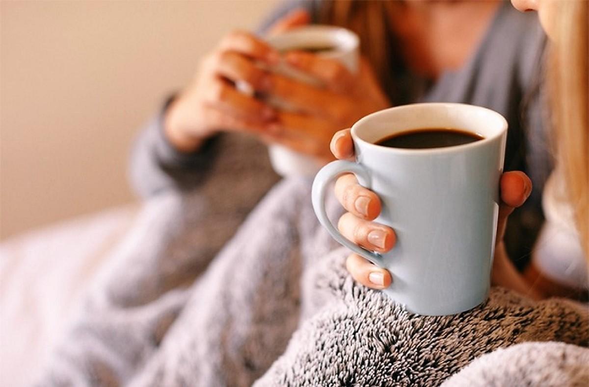 Люди пьют кофе