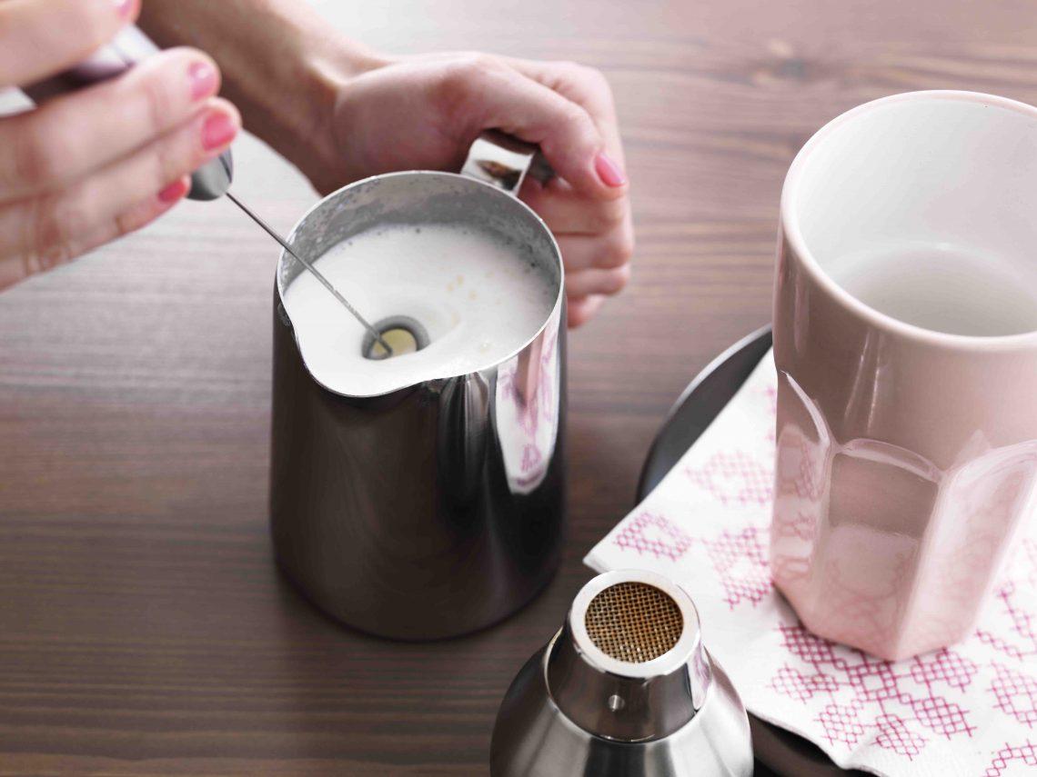Для макиато необходимо взбить молоко в пену