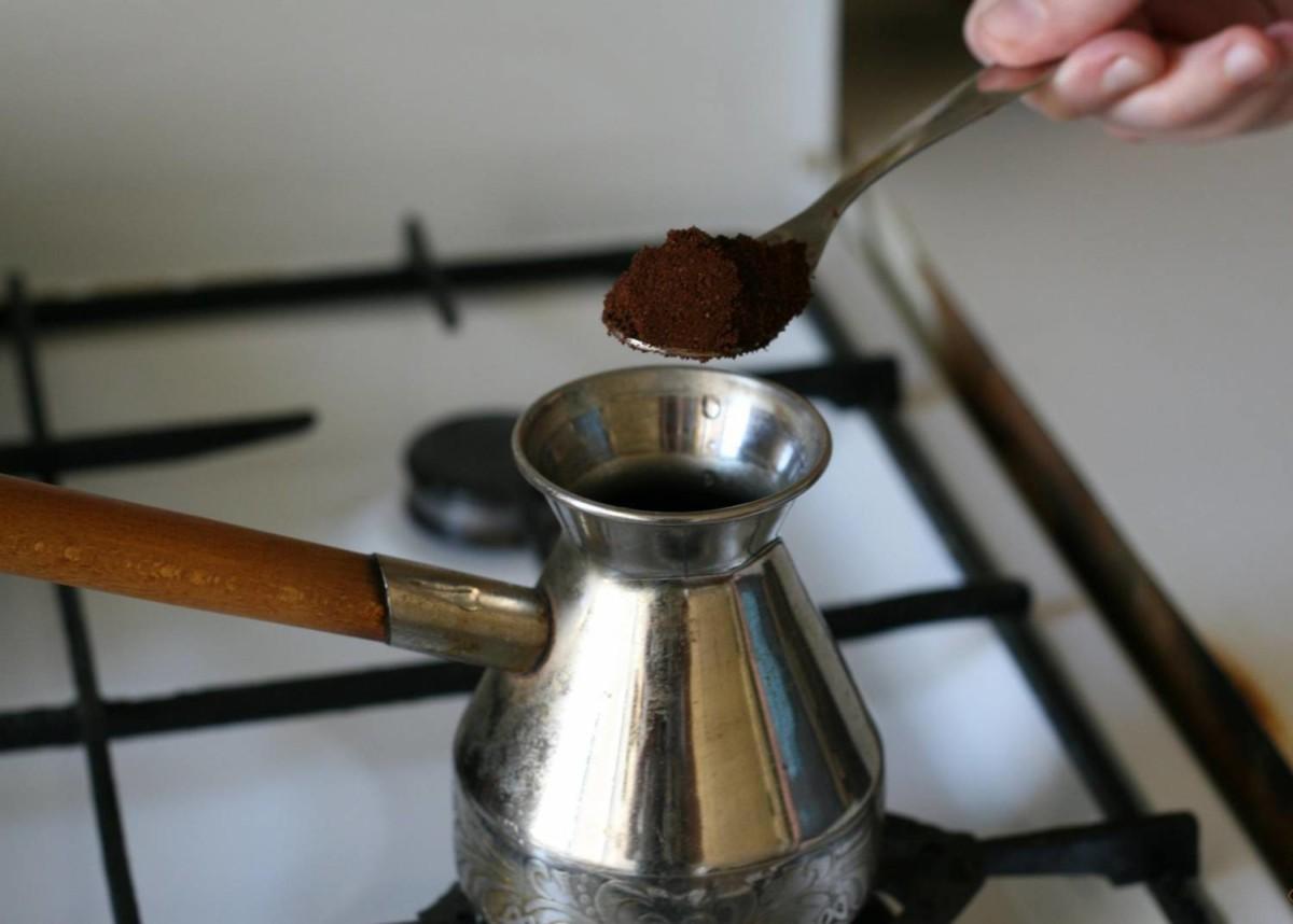Заваривание кофе в турке