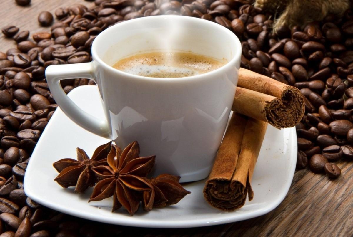 Чашка кофе с добавлением корицы