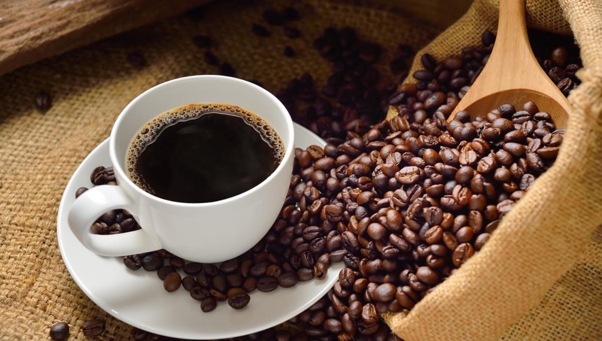 Зерна и чашка с кофе