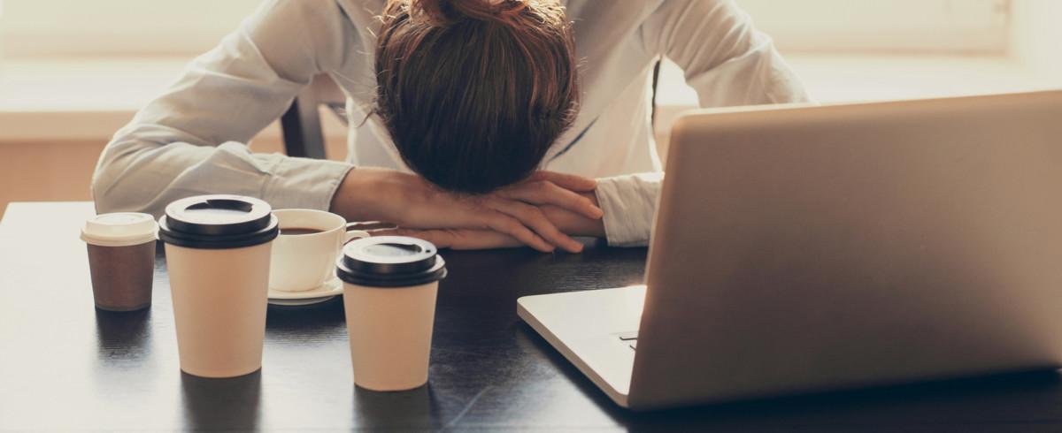 Стимуляция энергетическими напитками даст лишь обратную реакцию и ещё больше снизит работоспособность