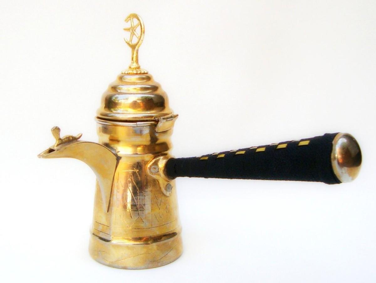 Такие кувшины стали прародителями современной посуды для варки кофе под названием далла