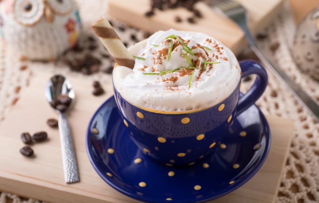 Можно добавить в кофе взбитые сливки