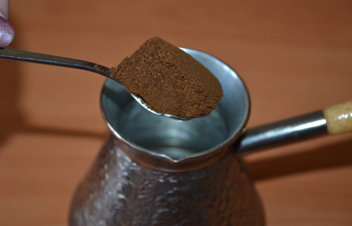 Молотый кофе и чайная ложка