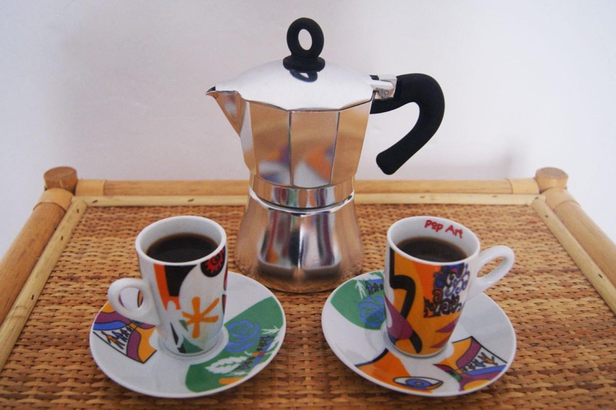 Кофеварка и две чашки