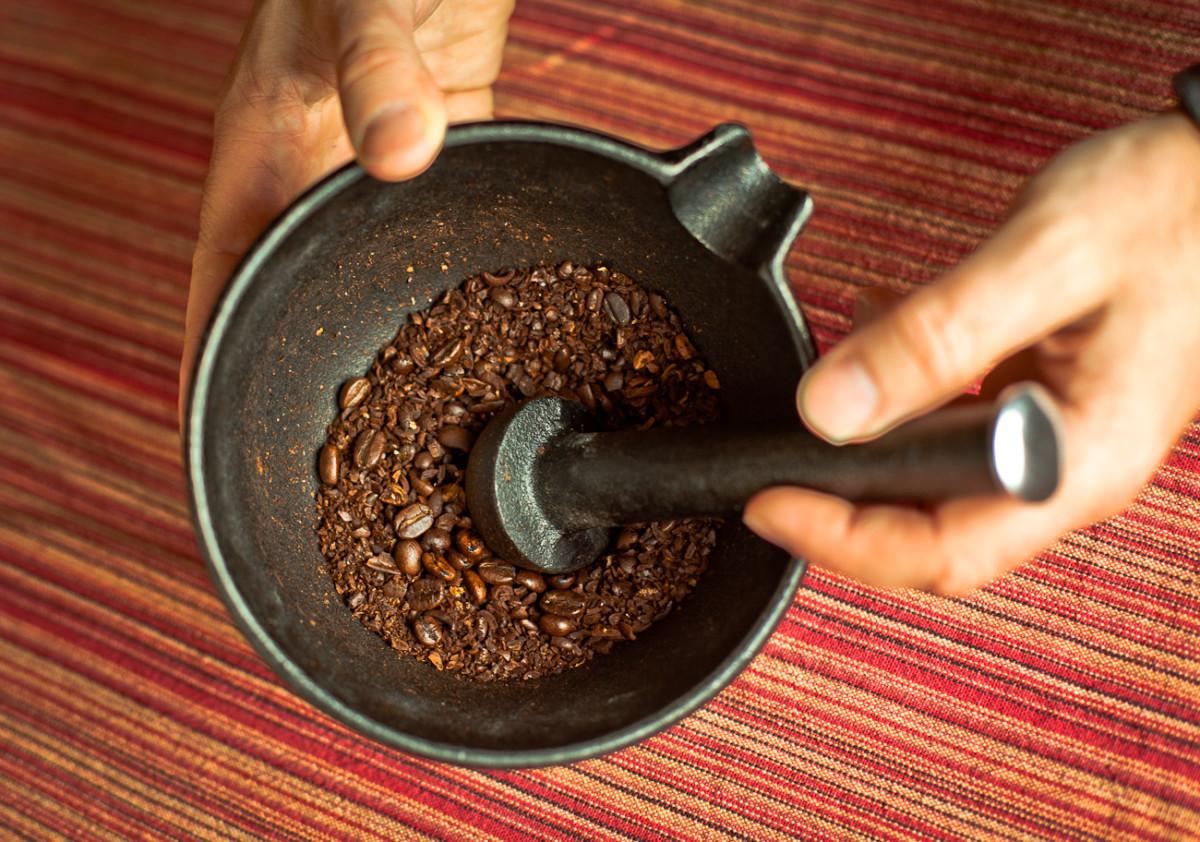 Для дробления кофе таким способом нужно быть физическим подготовленным, так как потребуется усилие, чтобы измельчить зерна в крошку