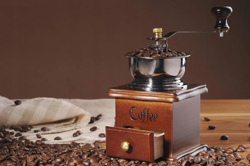 При использовании мельницы мелкий порошок не получится, также как и кофе в большом количестве, но непосредственно перед приготовление чашки напитка этот способ применим