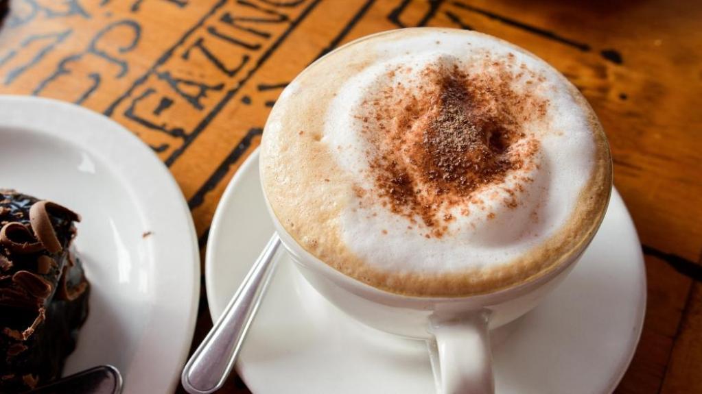Кофе со сладостями и молоком может сильно повлиять на фигуру